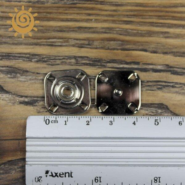 Пришивна кнопка 23 мм, колір нікель 3 knopka kvadratna sribna 2